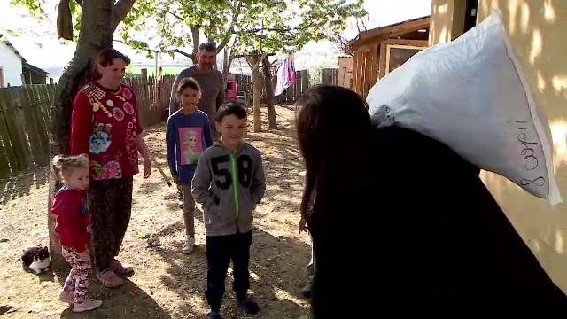 """Mii de copii săraci din Iași au primit haine, mâncare şi jucării, cu ajutorul Asociației """"Glasul Vieții"""""""