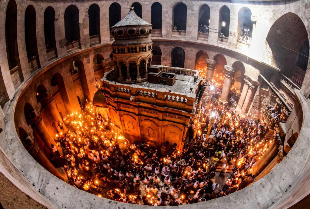 La Mormântul lui Iisus Hristos de la Ierusalim s-a aprins Lumina Sfântă. VIDEO
