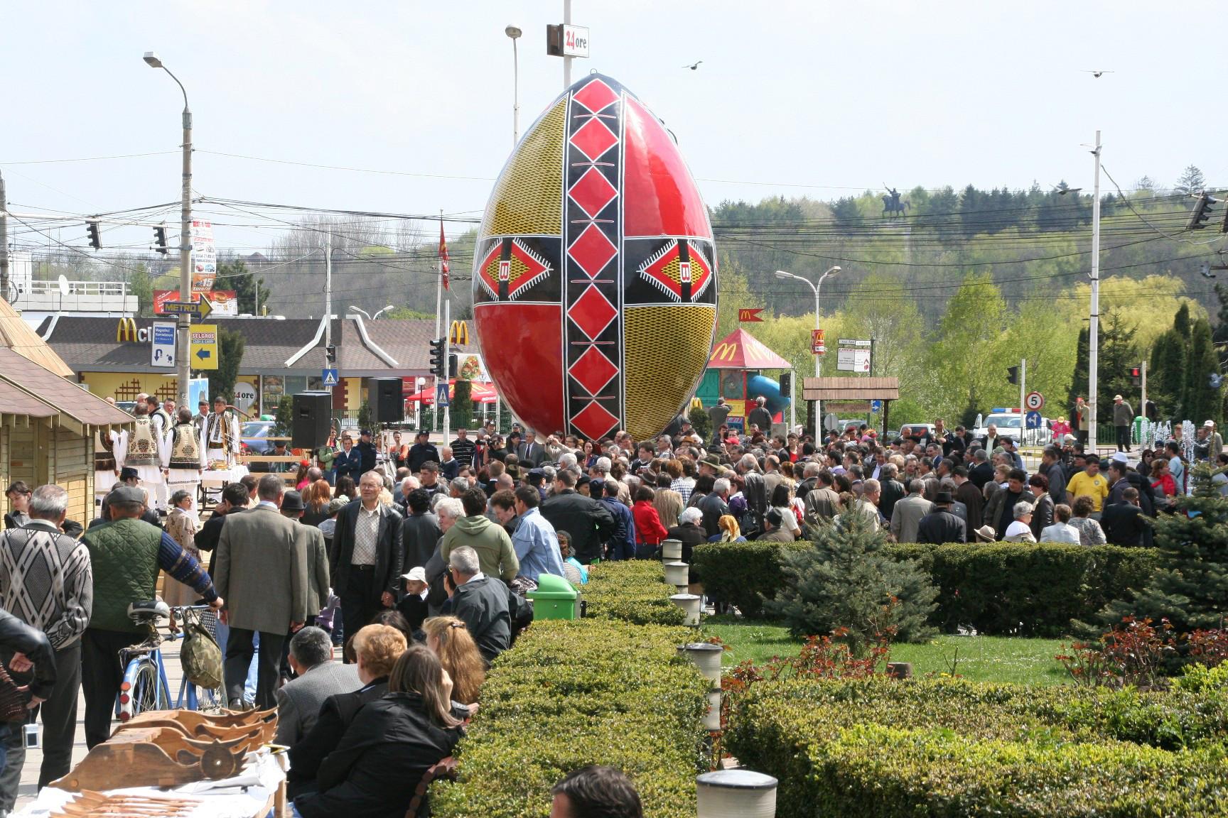 Cel mai mare ou de Paște din lume se află în România. E mai înalt decât o casă