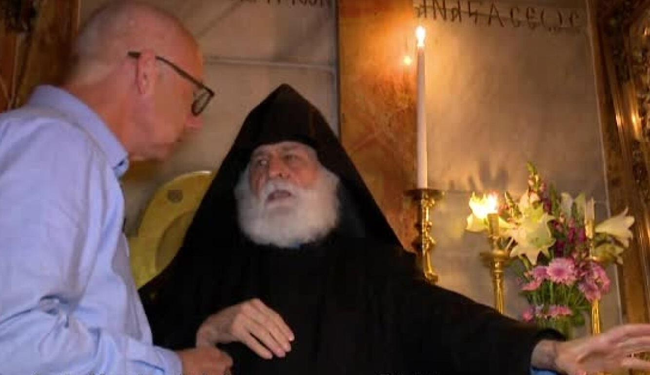 Un preot a dezvăluit cum se aprinde, de fapt, Lumina Sfântă la Ierusalim. Un călugăr a cerut imediat oprirea camerelor. VIDEO