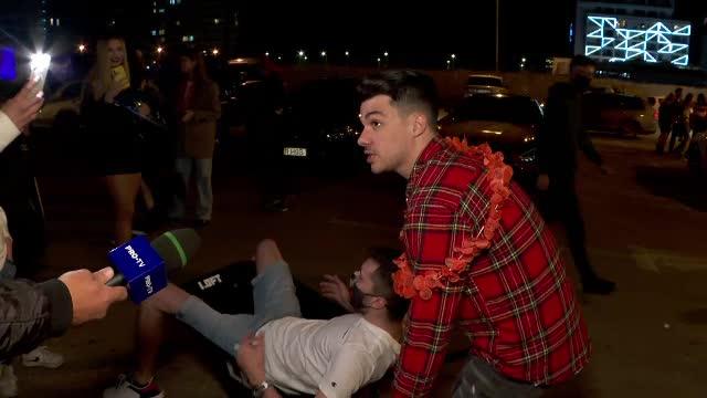 """VIDEO. Petrecăreții au ieșit cu roaba dintr-un club de fițe din Mamaia: """"În seara asta nu mai bem"""""""