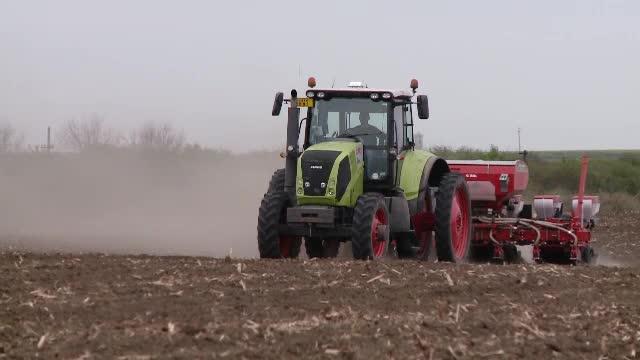 Fermierii români care au dat sapa şi coasa pe tractoare ghidate prin GPS şi drone