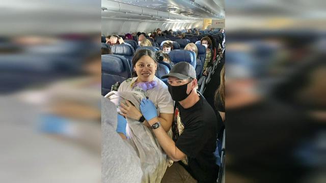 Un bebeluș, născut într-un avion, deasupra oceanului Pacific. Cine a ajutat la nașterea sa