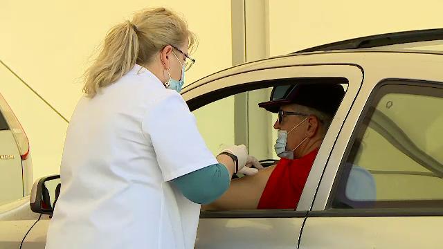 Situația campaniei de vaccinare în România. Sute de mașini, la coadă la centrul Drive Thru din Piaţa Constituţiei