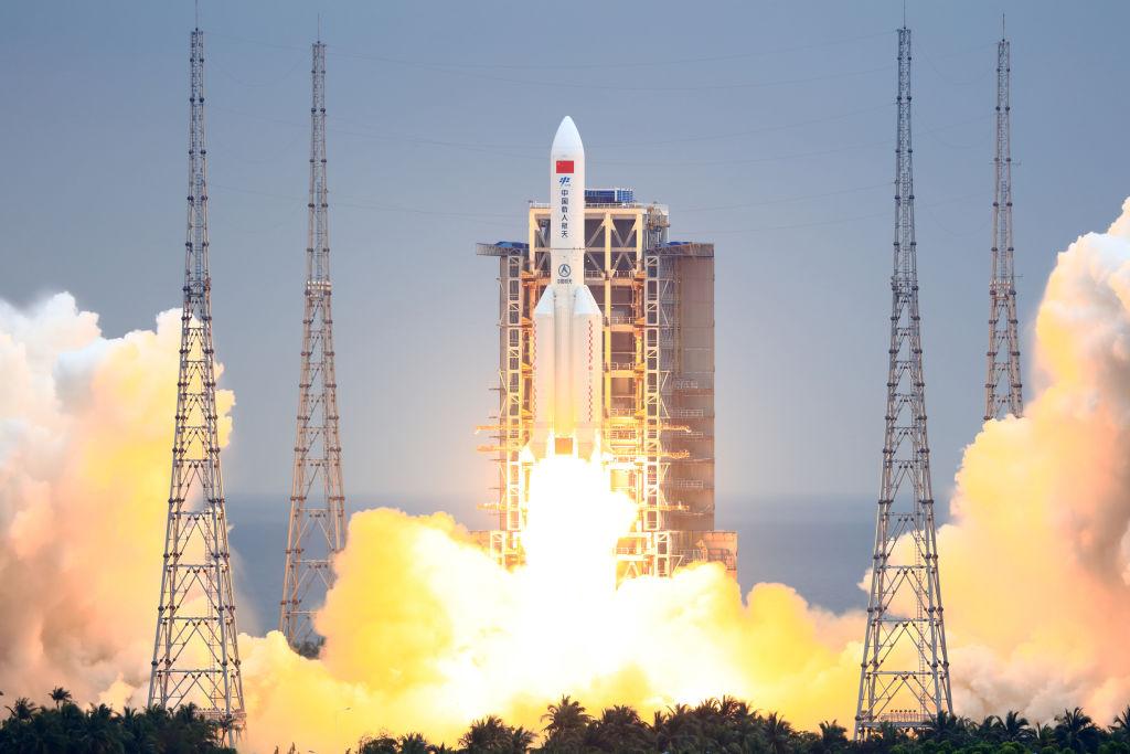 O uriașă rachetă chineză scăpată de sub control se va prăbuși pe Pământ în jur de 10 mai. New York și Madrid, amenințate