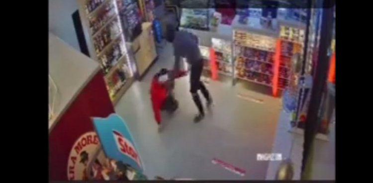 VIDEO. Momentul în care angajatul unei benzinării din Sibiu este înjunghiat de un tâlhar. Agresorul încă este liber