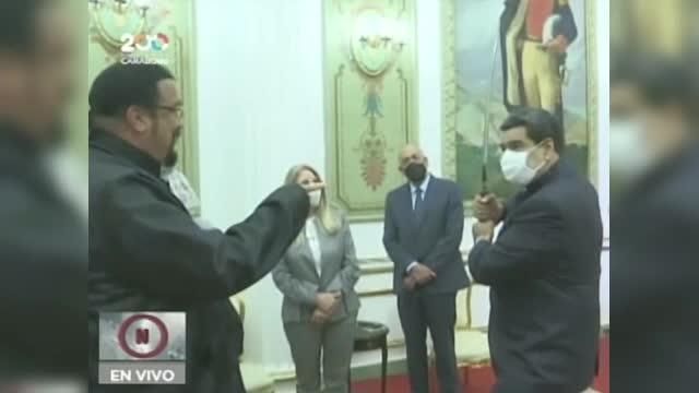 Vizită memorabilă a lui Steven Seagal în Venezuela. I-a dăruit o sabie de samurai lui Maduro