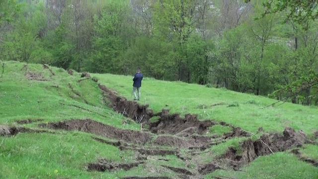 """Oamenii afectați de masiva alunecare de teren din Prahova își strâng lucrurile și pleacă la rude: """"Situația e foarte gravă"""""""