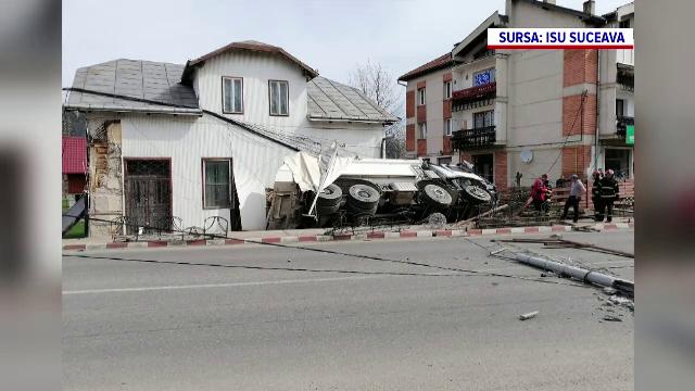 O autobasculantă încărcată cu pietriș s-a izbit de o casă. Șoferului i s-a făcut rău la volan