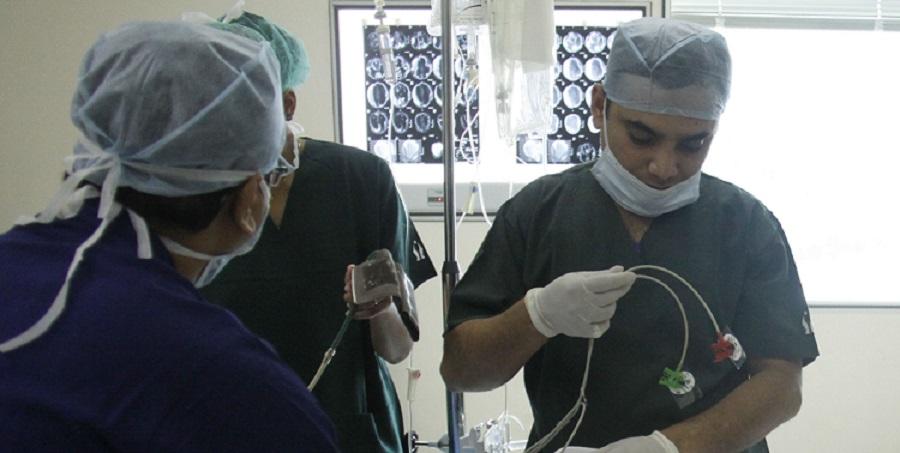 Un medic în vârstă de 26 de ani decide cine trăiește și cine moare într-un spital din India