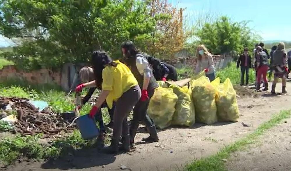 O primărie din Gorj s-a închis pentru că angajaţii strâng gunoiul din comună.
