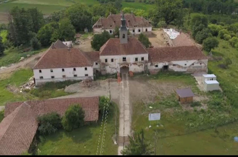 Castelele conților din Transilvania, renovate cu bani europeni, după ce comuniștii au crescut în ele porci și cai