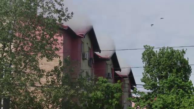 Panică într-un bloc din Iași, după ce acoperișul clădirii a fost cuprins de flăcări. 50 de oameni, evacuați
