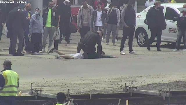 Un individ care amenința cu un cuțit un bărbat într-o stație de autobuz, pus la pământ de un polițist aflat în timpul liber
