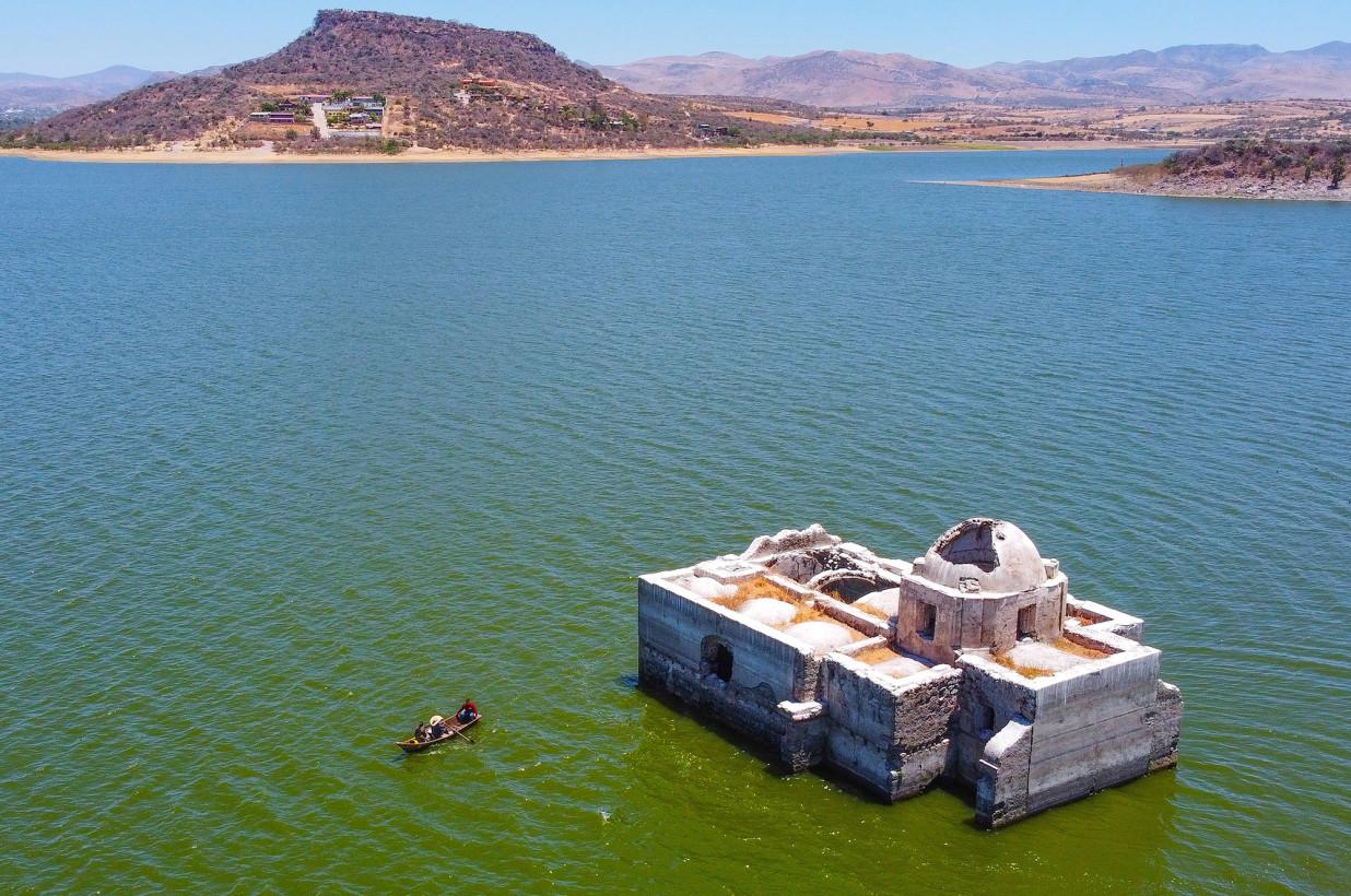 O biserică istorică a ieșit la suprafața apei unui lac după mai bine de 40 de ani