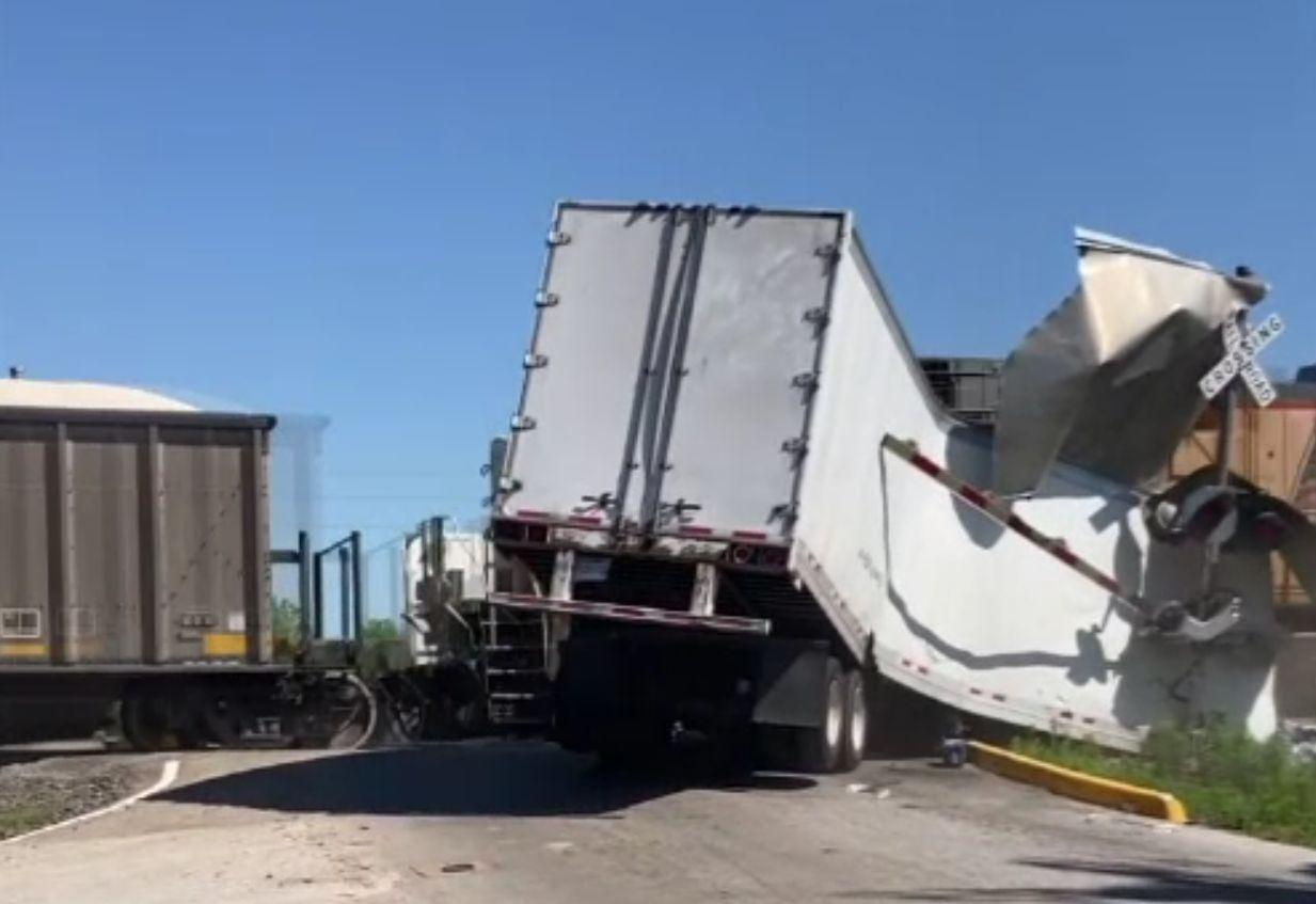 Imagini spectaculoase cu un camion plin cu sticle cu apă, lovit de tren. Ce s-a întâmplat cu șoferul