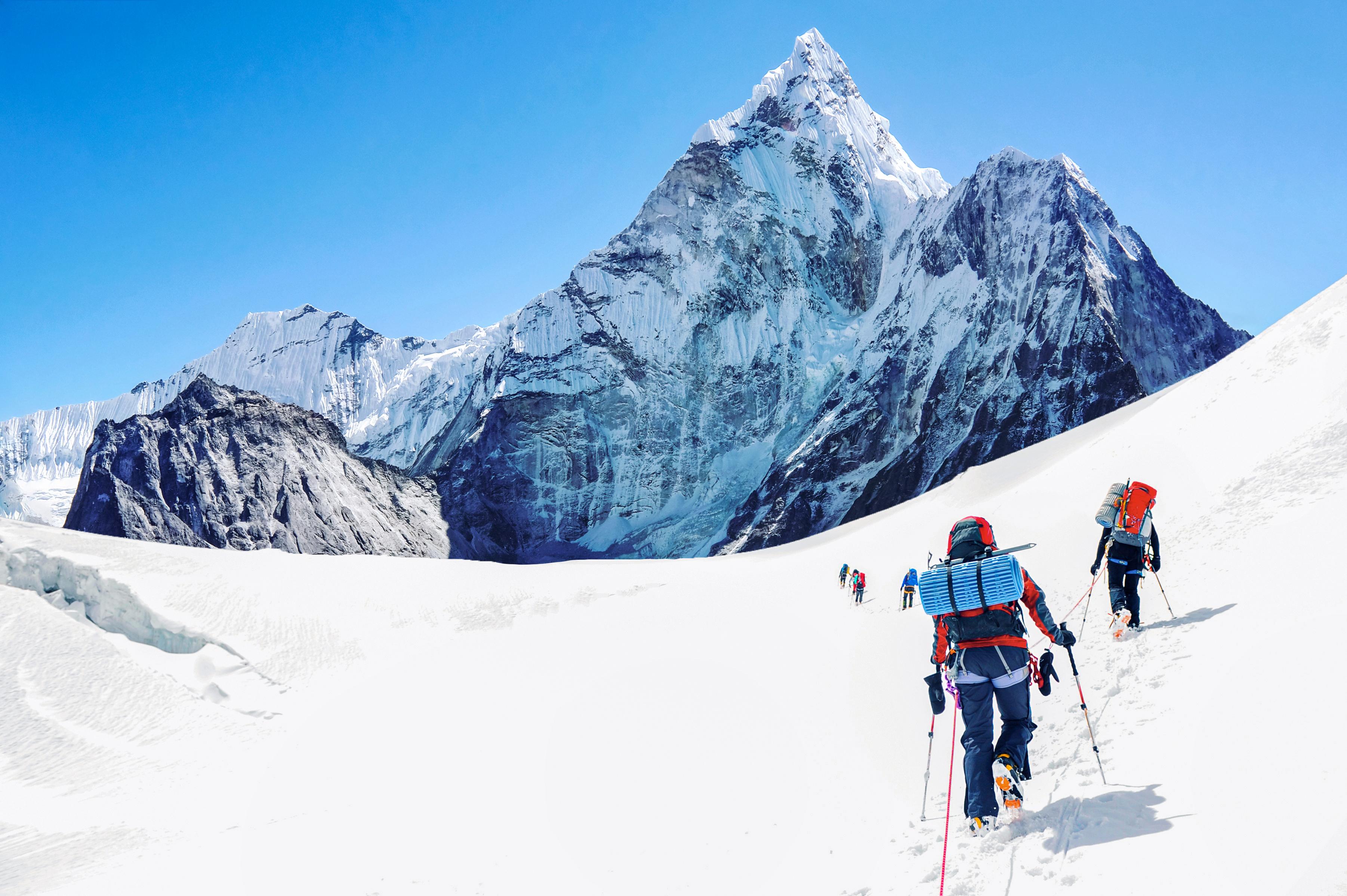 """Covid-19 """"a ajuns"""" și pe Muntele Everest. Nepalul, în situație critică din cauza infectării alpiniștilor"""