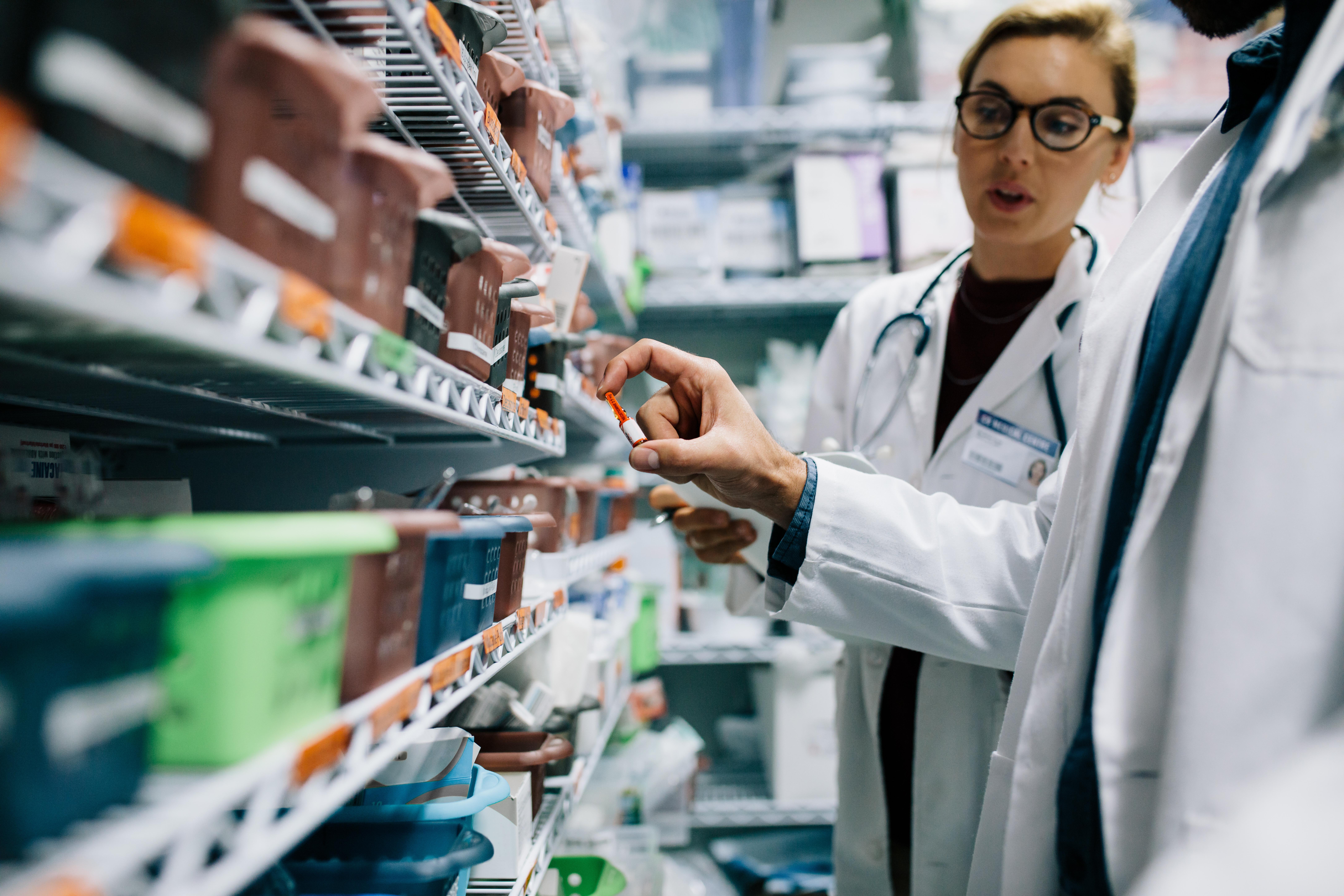 Ministrul Sănătății a anunțat că farmaciile vor putea face teste Covid, dacă vor putea asigura un spațiu corespunzător