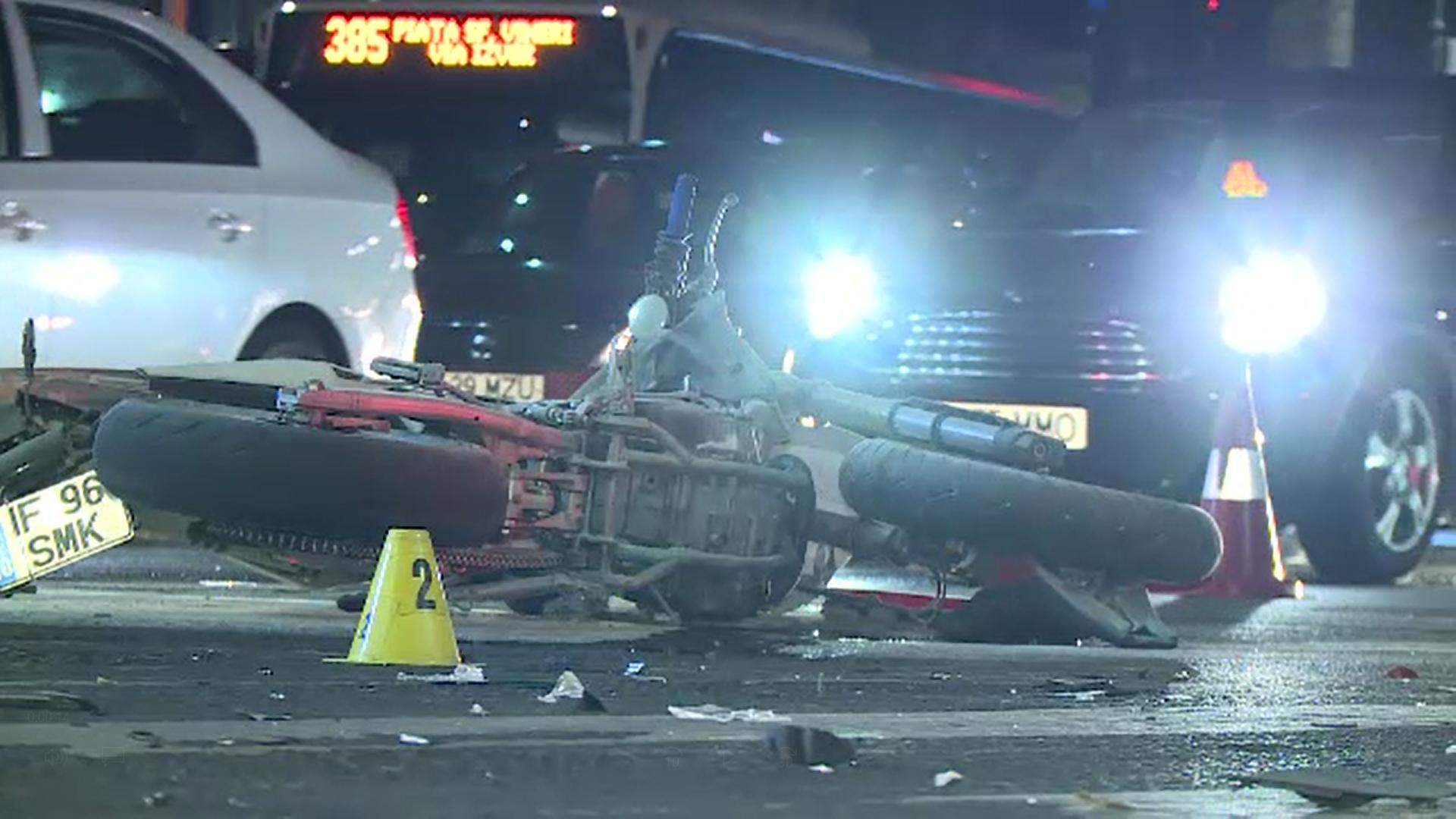 Impact violent între o motocicletă şi o maşină în Capitală. Motociclistul a ajuns la spital în stare stabilă
