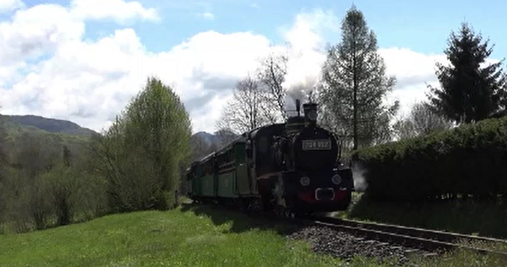 Turiștii, atrași de mocănița de la Sovata. Trenul circulă pe o cale ferată veche de peste un secol