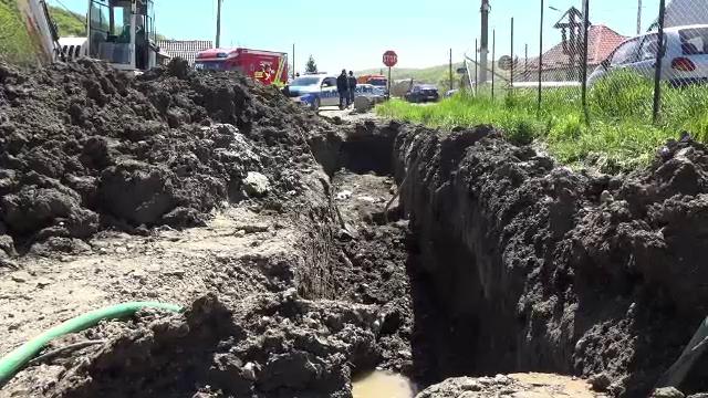 Un muncitor din Mureș luptă pentru viață. Un mal de pământ s-a prăbușit peste el, în timp ce se afla într-un șanț