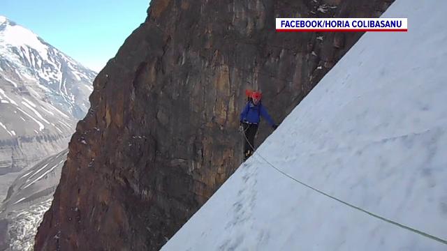 Doi alpiniști români, care fac un traseu în premieră în Himalaya, au fost surprinși de o avalanșă