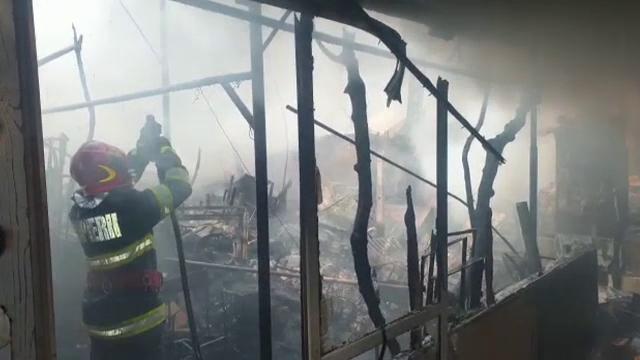 Drama familiilor din Bârlad, rămase fără case după un incendiu devastator. Militarii și voluntarii le-au sărit în ajutor