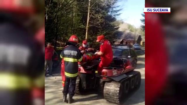 Un bărbat din Suceava s-a răsturnat cu tractorul într-o pădure. Pompierii au intervenit pentru a-l salva