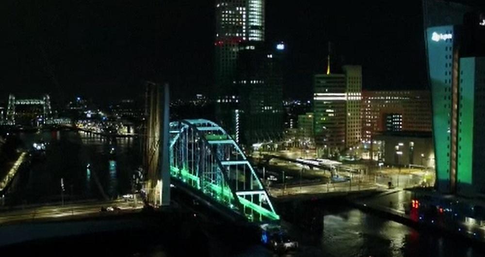 Operațiune de amploare în Olanda. Un pod uriaș este transportat pe râul din Rotterdam