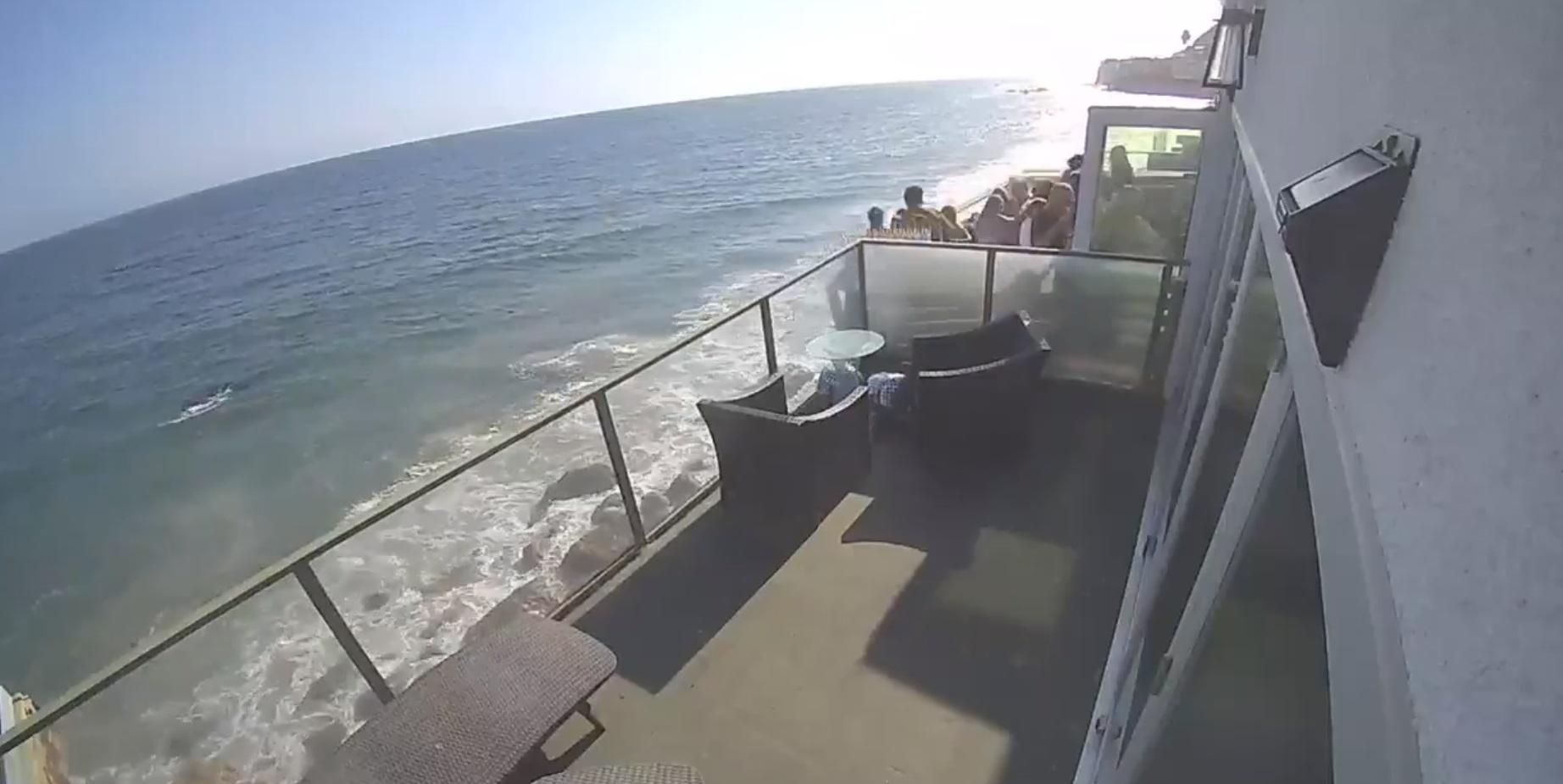 VIDEO. Momentul în care un balcon plin cu petrecăreți se prăbușește în gol