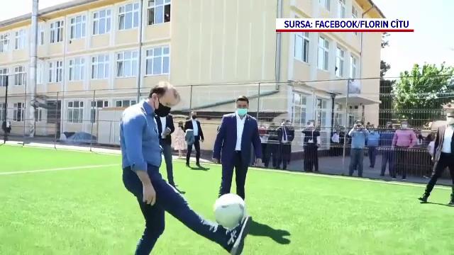 Florin Cîțu a publicat o filmare în care jonglează cu mingea și îi șutează la poartă unui elev de liceu