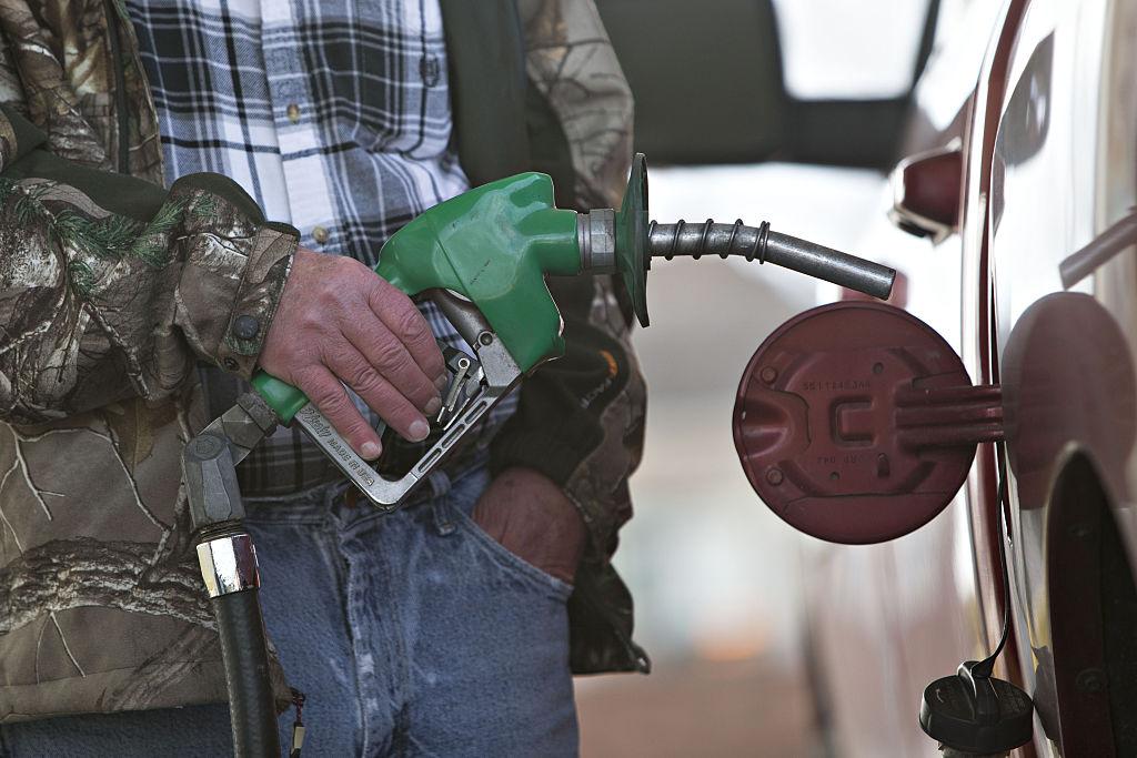 Panică în SUA din cauza unei crize de combustibil. Oamenii iau benzină în pungi și bidoane
