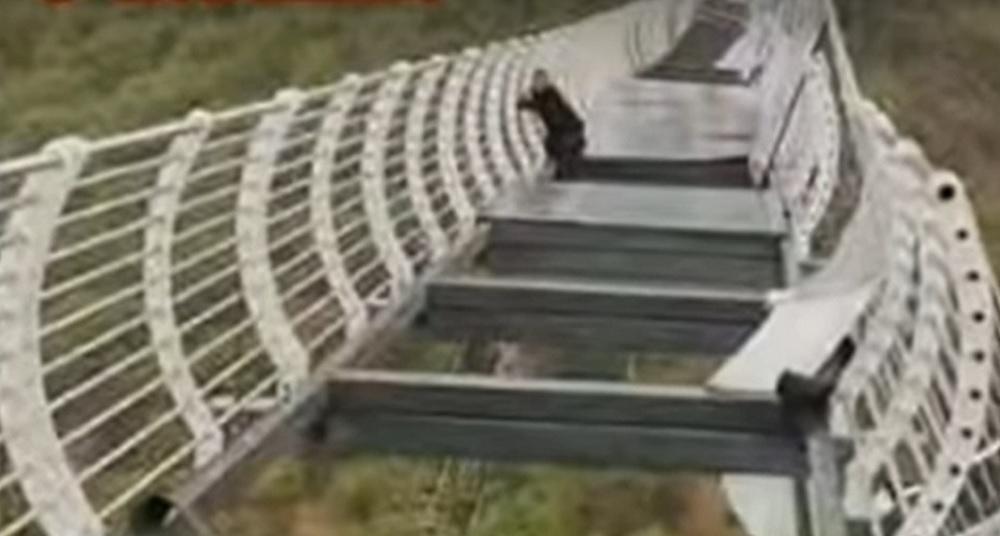 China: Turist rămas suspendat în aer, după ce podul pe care se afla a fost distrus de vânt