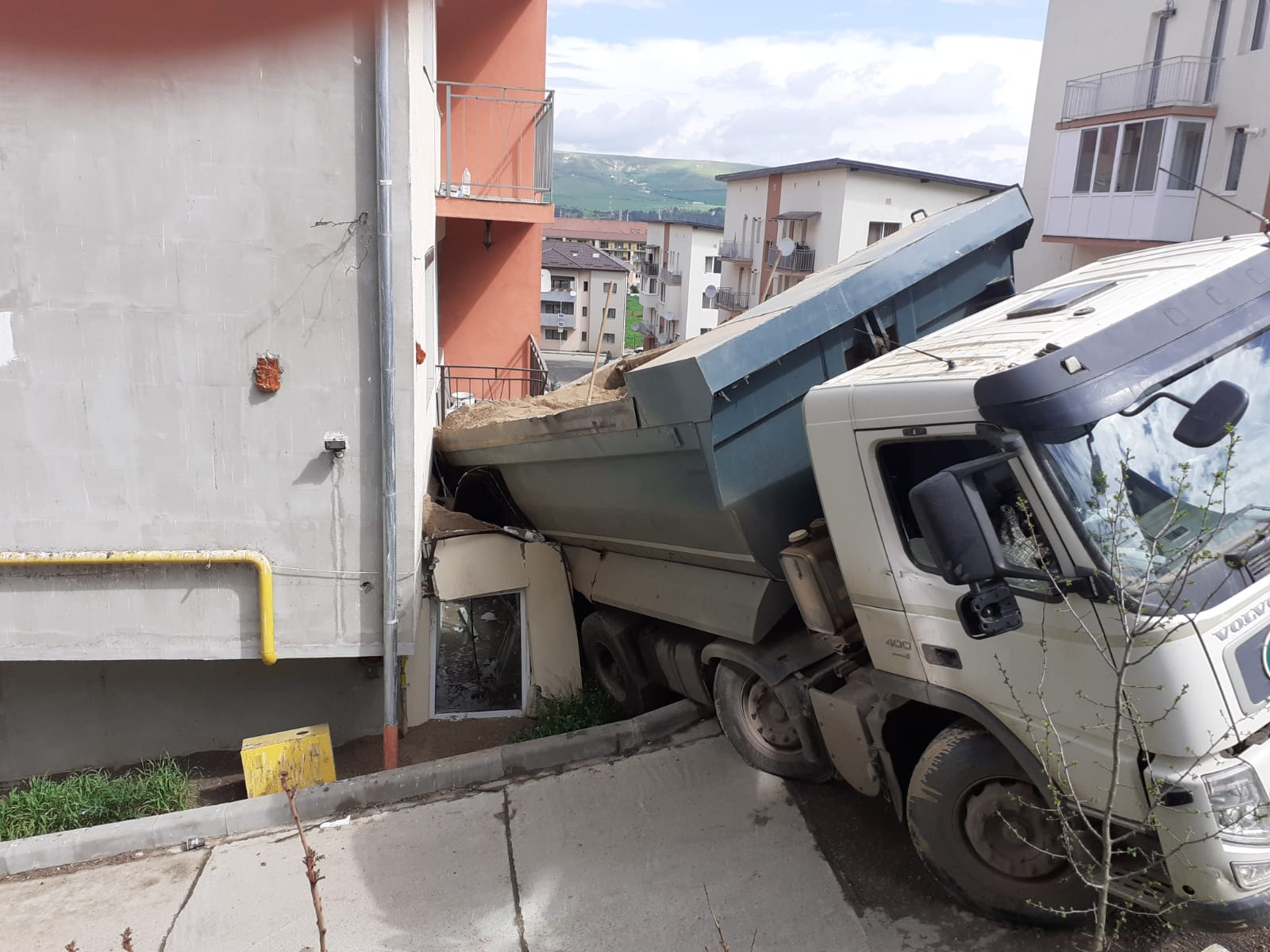 O basculanta cu nisip s-a rasturnat peste balconul unui apartament aflat la parter intr-o localitate din judetul Cluj. FOTO