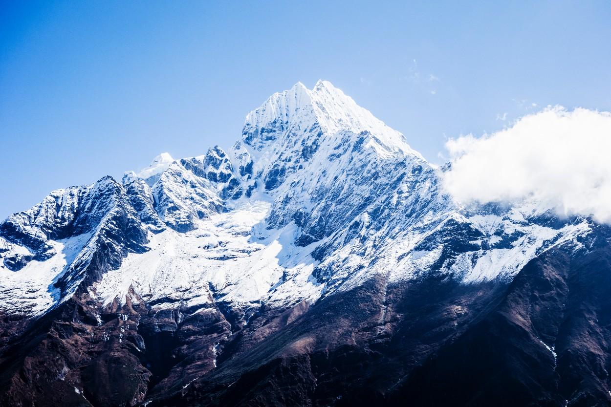 Tragedie pe Everest. Doi alpiniști au murit din cauza epuizării