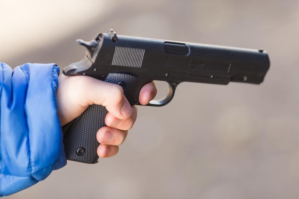Un copil de 2 ani și-a împușcat ambii părinți cu o armă găsită pe noptieră