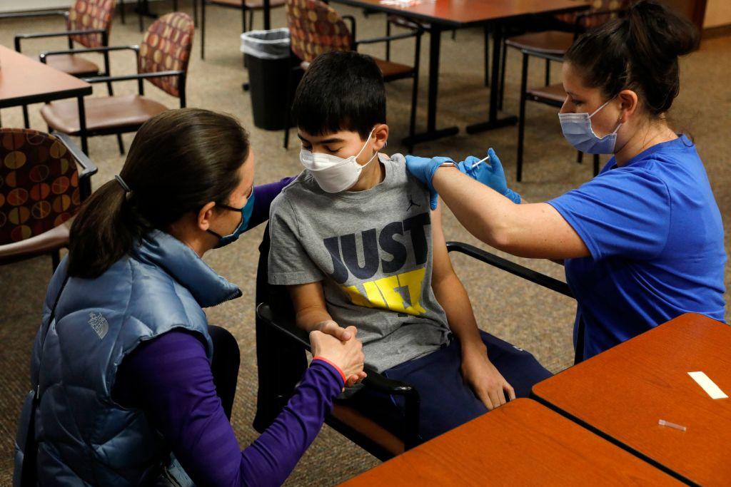 A început vaccinarea adolescenţilor de 12-15 ani în SUA. Ce ser le este administrat
