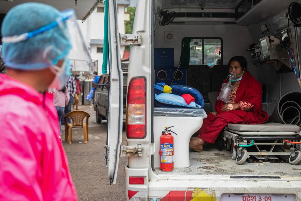 Criza din India s-a extins și în Nepal. Buteliile oxigen se golesc mai repede decât pot fi umplute