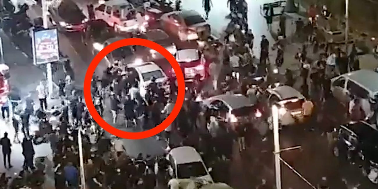 Scene șocante în Israel. Momentul în care un bărbat este scos din mașină și bătut de mulțimea furioasă