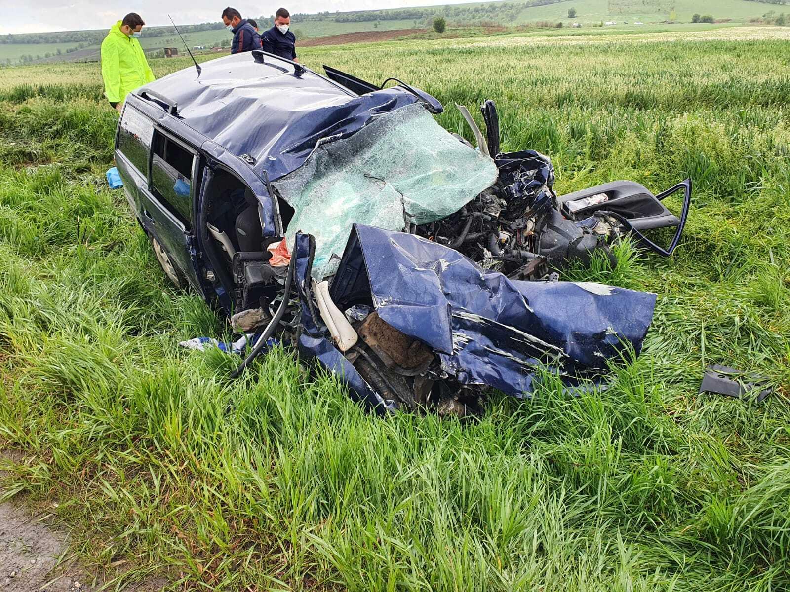 FOTO și VIDEO. Accident grav în județul Brașov, între o mașină și un TIR. Patru persoane au murit