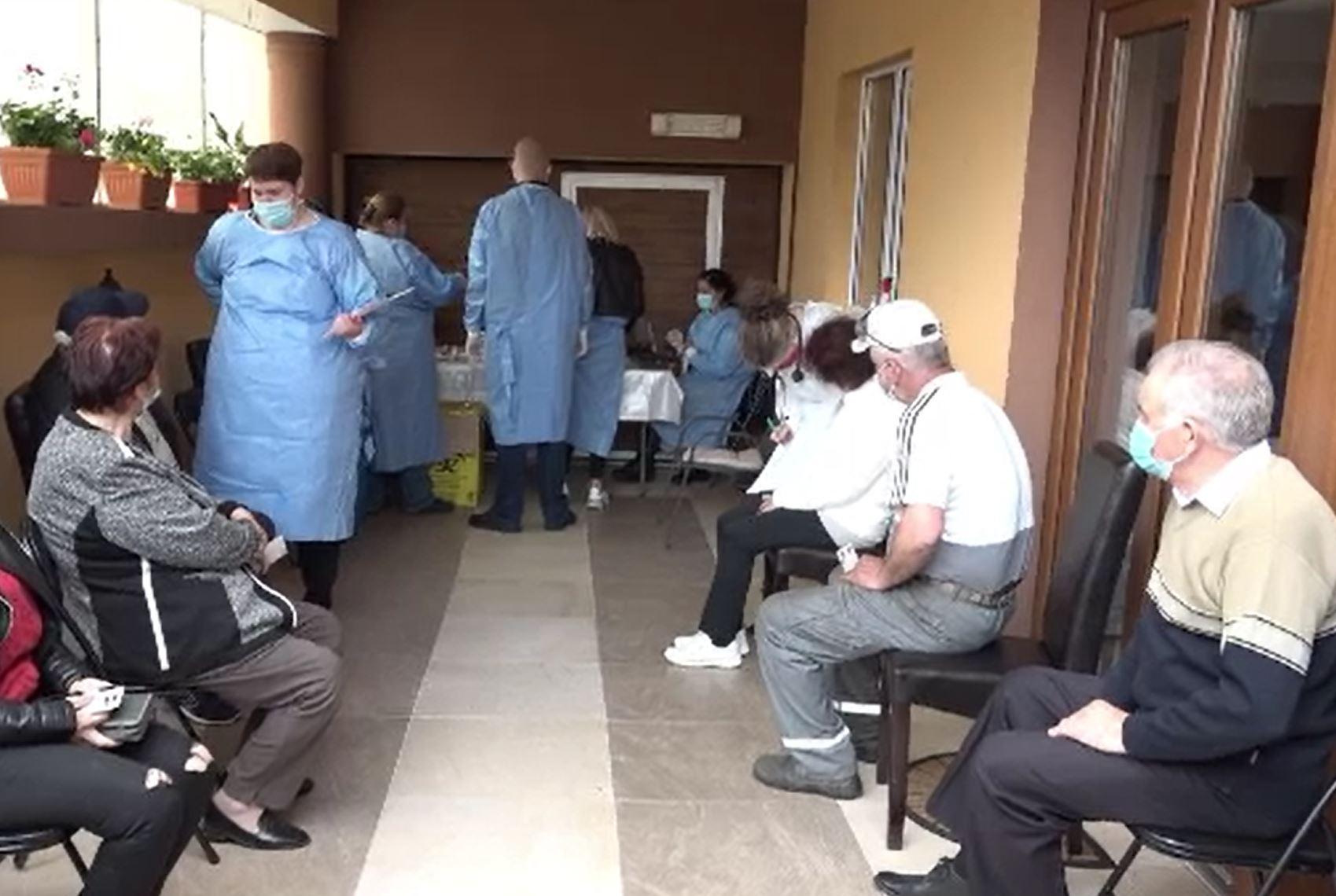 Noi campanii pentru promovarea vaccinării anti-COVID. În Ciugud, oamenii primesc serul în propriile case