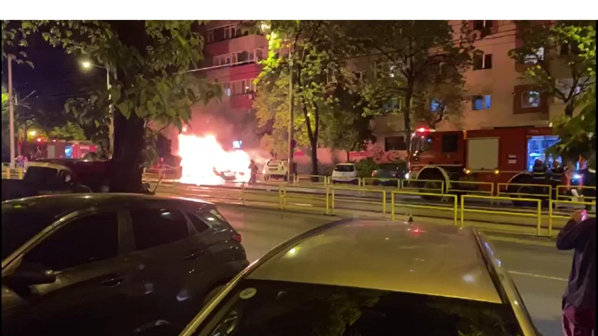 Patru mașini au fost cuprinse de flăcări în Capitală. Incendiul ar fi pornit de la un autoturism care a luat foc în mers