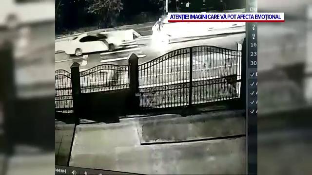 Momentul în care un bărbat care traversa cu roaba este spulberat de o mașină, lângă trecerea de pietoni
