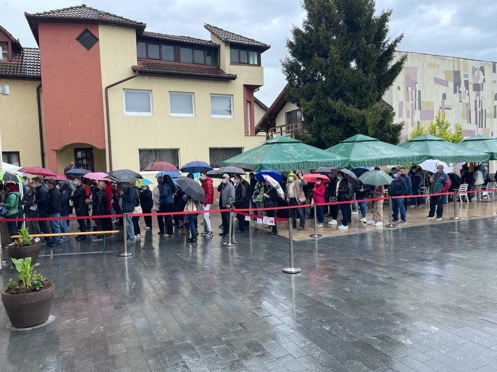 La Blaj, lumea a așteptat în ploaie să se vaccineze, peste așteptările autorităților