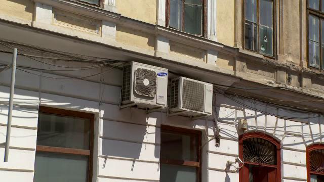 Primăria din Arad nu îi poate obliga pe cetățeni să dea jos aparatele de aer condiționat de pe fațadele clădirilor