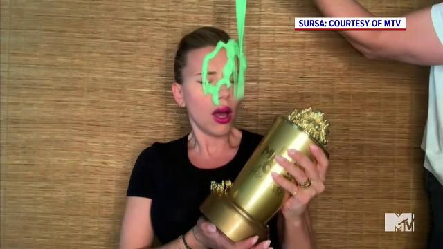 Ce a pățit actrița Scarlett Johansson în timp ce primea premiul MTV Generation. VIDEO