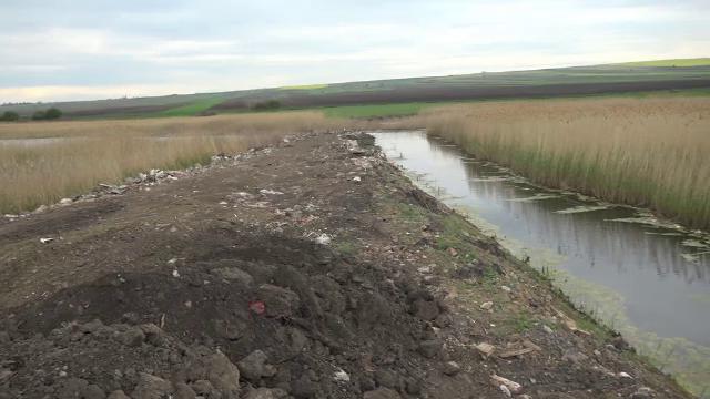 Amendă uriaşă pentru primarul care a făcut un dig de moloz într-o arie protejată, unde era şi un pod dacic
