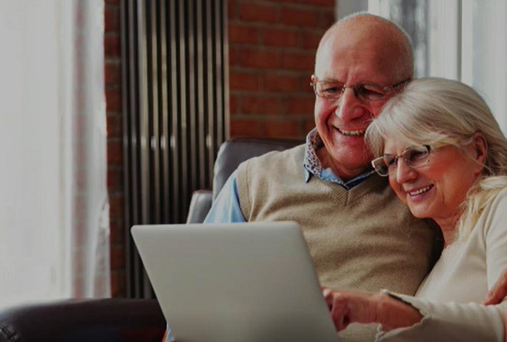 Internetul, tot mai popular printre vârstnici din cauza pandemiei.