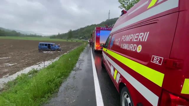 Accident pe DN 1C. O mașină s-a răsturnat în afara șoselei. Șoferița, în stare gravă la spital