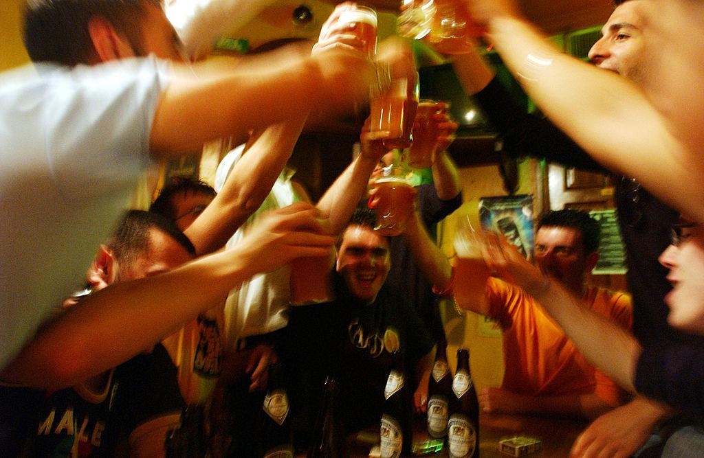 Consumul excesiv de alcool reduce cu un an speranţa de viaţă. Câți oameni beau mai mult din cauza pandemiei